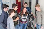 Schülerinnen und Schüler lernen von der Expertin